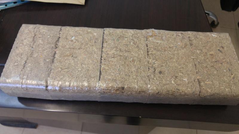 חבילה עטופה בניילון של בריקטים