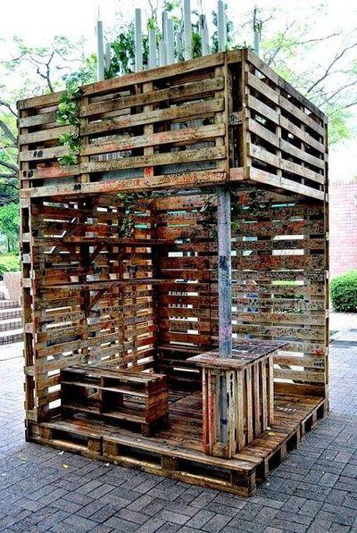 אזור ישיבה עשוי כולו ממשטחי עץ - כולל ספספלים ודלפק שמשמש כבר.