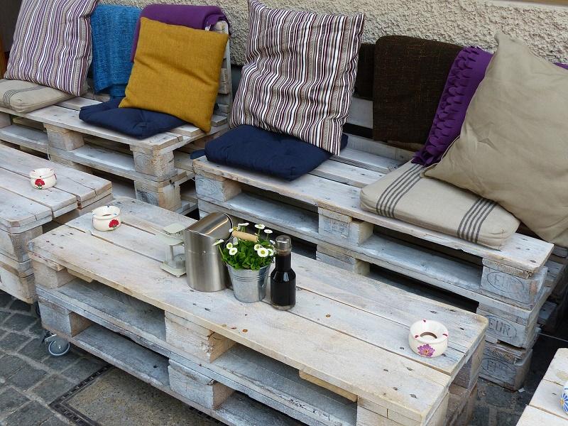 פינת ישיבה עשויה ממשטחי עץ וקצת כריות - פשוט ויעיל!