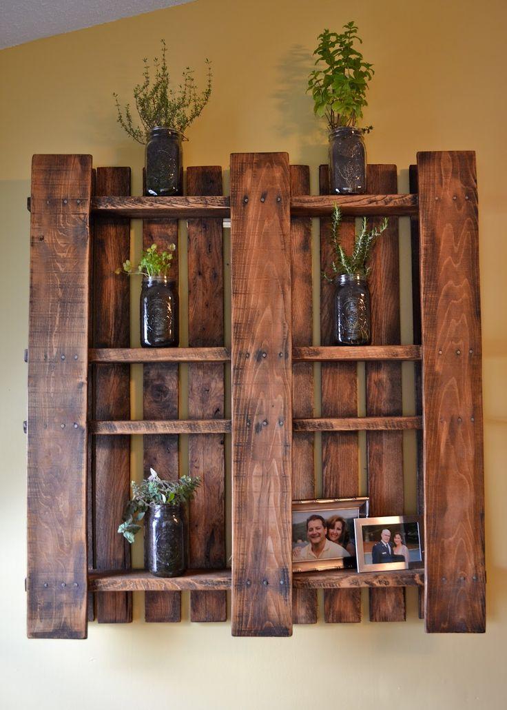 מתלה לעציצים / תמונות - עשוי ממשטח עץ בודד שנצבע בלכה ונתלה הפוך על הקיר.