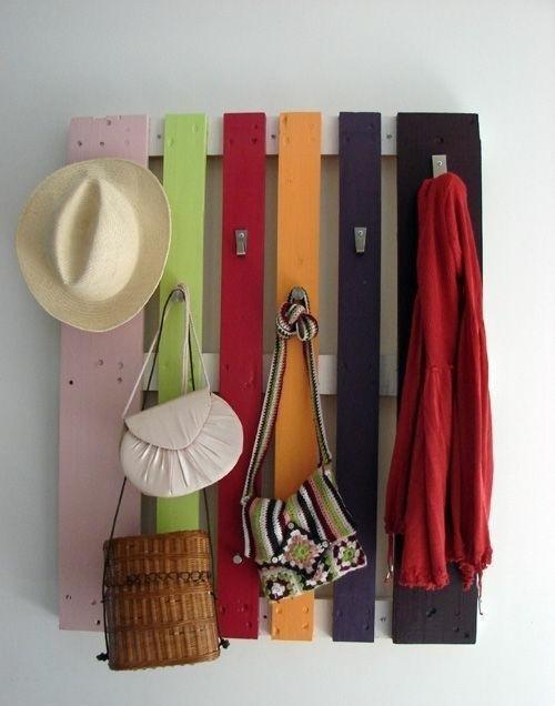מתלה בכניסה לבית לצעיפים, כובעים, תיקים וכו' - עשוי ממשטח עץ בודד וברזלים לתליה.
