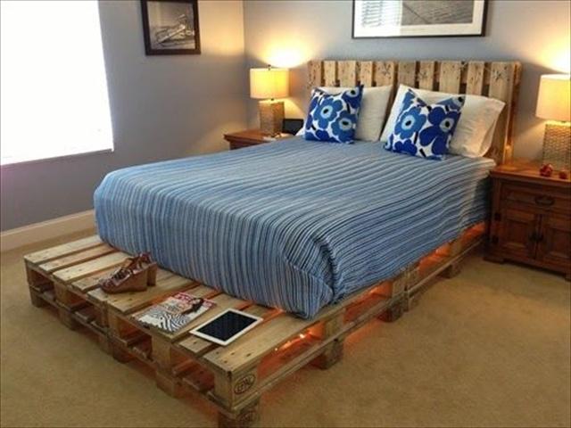 מיטה עשויה כולה ממשטחי עץ - בסיס וגב המיטה.