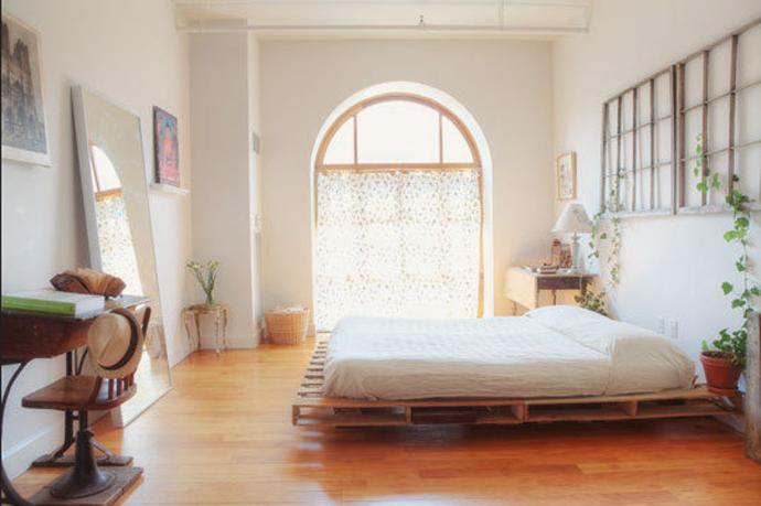 בסיס למיטה עשוי כמה משטחי עץ שחוברו יחד ונמצאים מוצבים על רגליים מעץ שנבנו מעץ המשטחים.