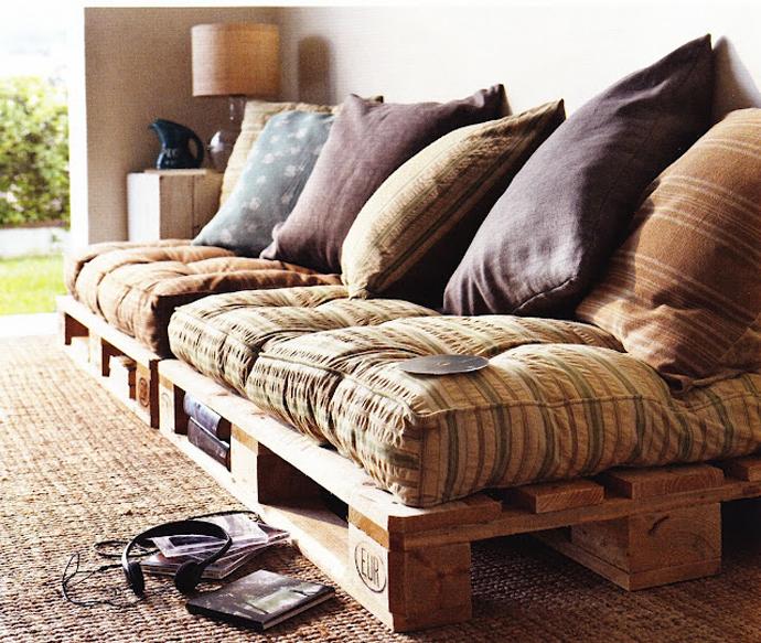 ספה כיפית לאזור ישיבה של הטלווזיה לילדים - עשוי משני משטחי עץ וכריות.