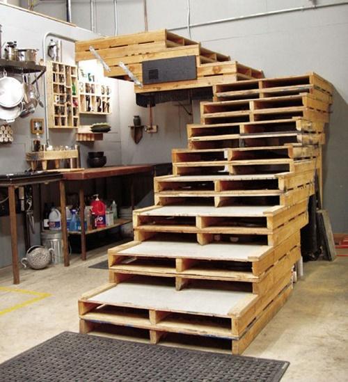 מדרגות לחדר העבודה, כל מדרגה - משטח עץ.