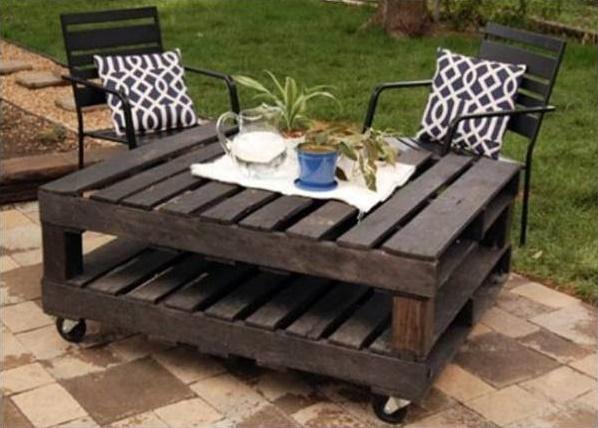 שולחן עשוי שני משטחי עץ על גלגלים צבוע בשחור.